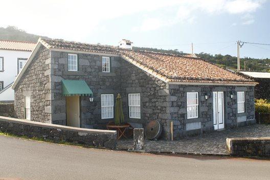 Villas rusticas adegas do pico madalena isla do pico for Villas rusticas